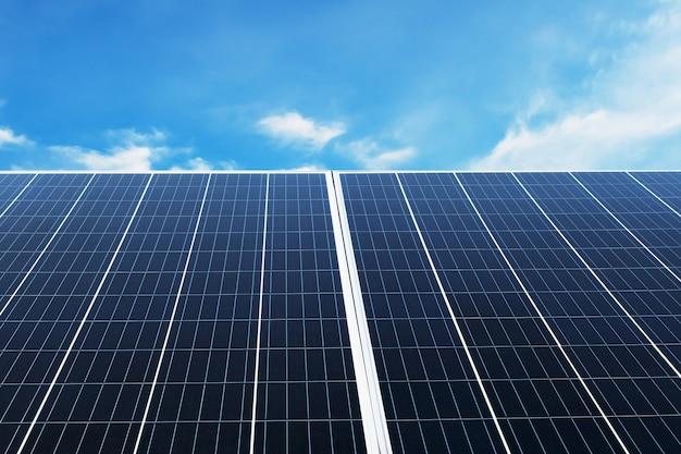 푸른 하늘과 햇빛과 태양 전지 패널입니다. 개념 청정 에너지, 전기 대안, 자연의 힘