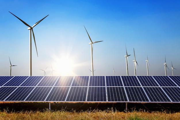 터빈과 햇빛 푸른 하늘 배경으로 태양 전지 패널. 개념 청정 전력 에너지