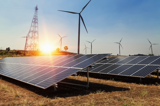 풍력 터빈과 햇빛이있는 태양 전지 패널. 청정 전력 에너지 개념