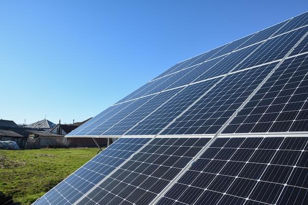 青い空を背景にした太陽電池パネル。