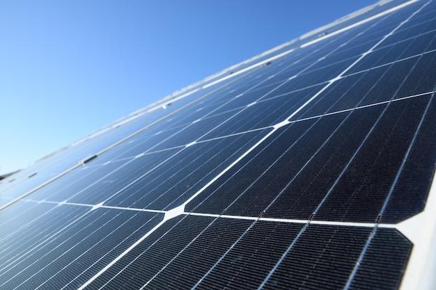 Панели солнечных батарей на фоне голубого неба. против глубокого синего неба в солнечную погоду