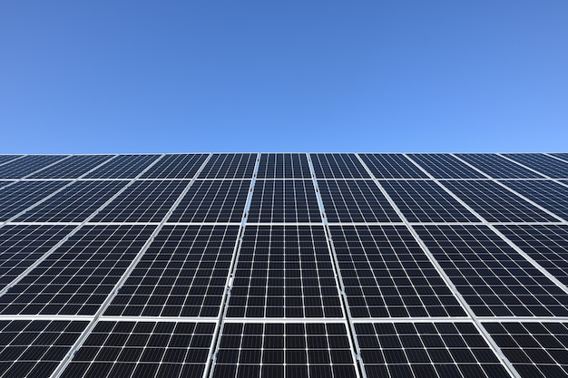 Солнечные батареи на фоне голубого неба. против глубокого синего неба в солнечную погоду