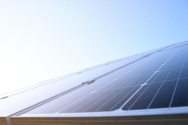 푸른 하늘 배경에 대한 태양 전지 패널. 맑은 날씨에 깊고 푸른 하늘에 대하여