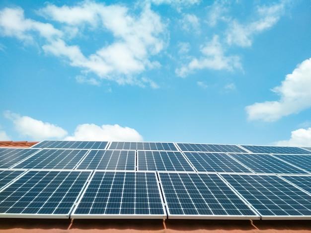 푸른 하늘에 대 한 태양 전지 패널입니다. 깨끗한 녹색 에너지 개념