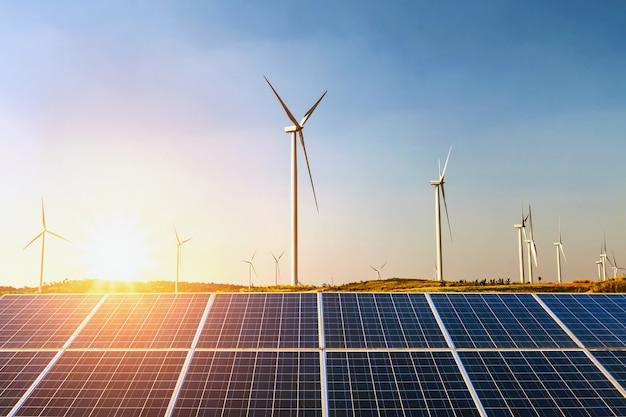 태양 전지 패널 및 언덕에 일몰과 함께 풍력 터빈. 개념 아이디어 청정 에너지