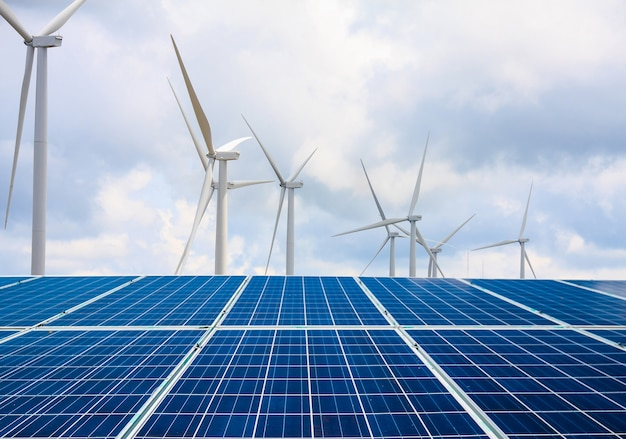 Солнечные батареи и ветряные турбины с облаками и небом, возобновляемые источники энергии