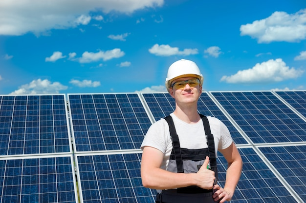 백색 헬멧에 태양 전지 패널 엔지니어
