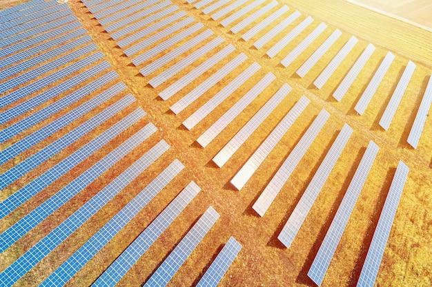 Ферма солнечных панелей в поле