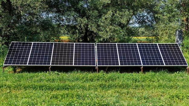 Pannelli solari a terra nella natura. verde intorno