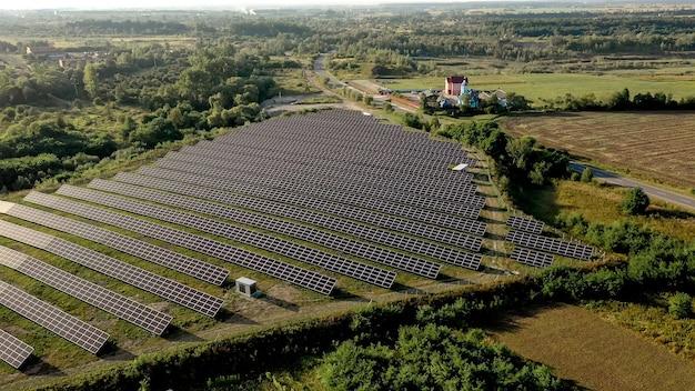 공중보기에서 태양 전지 패널. 조감도의 posolar 패널. 청정 에너지를 생산하는 발전소