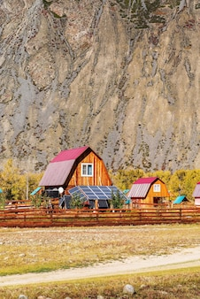 Chulyshman 계곡의 캠프장 안뜰에 있는 태양 전지판. 알타이, 러시아