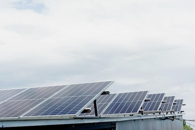 Солнечные панели в ряд на крыше