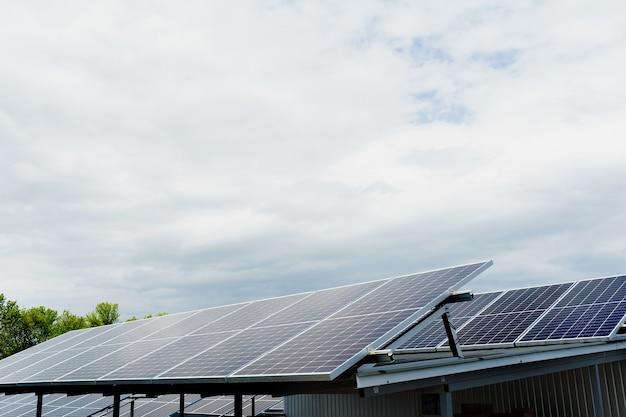 屋根の上に並んだソーラーパネル