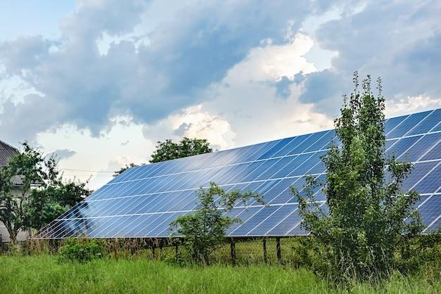 정원에있는 태양 전지판. 나무와 관목 사이의 태양 광 발전소.