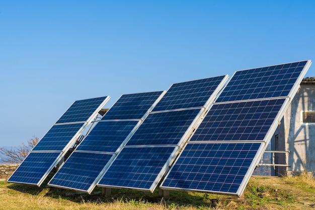 Солнечные батареи в горном районе. зеленые и экологически чистые источники энергии. запасное фото