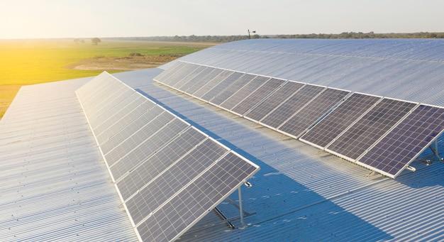 태양광 패널 설치가 진행 중입니다. 드론 이미지.