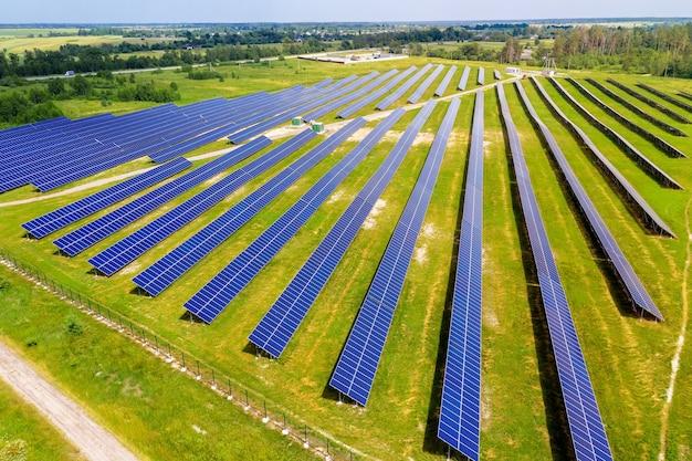 공중 보기에서 녹색 필드에 태양 전지 패널입니다. 대체 에너지. 깨끗한 재생 가능 에너지 원.