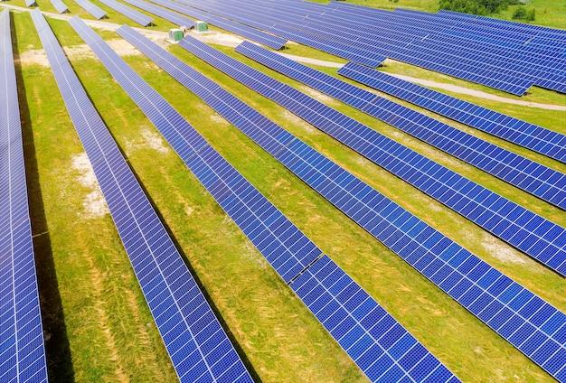여름에 조감도에서 녹색 필드에 태양 전지 패널. 대체 에너지. 깨끗한 재생 가능 에너지 원.