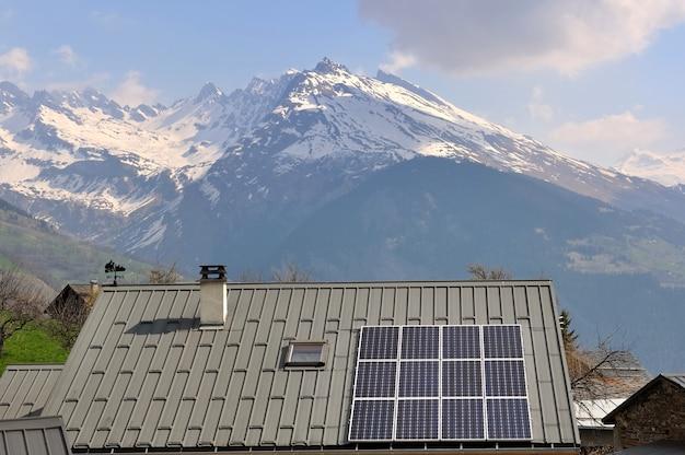 Солнечные батареи на крыше дома в горах