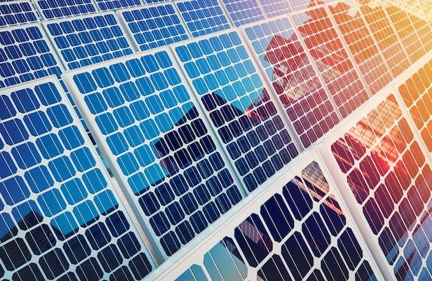 Солнечные панели на зданиях отражают город. 3d-рендеринг и иллюстрация.