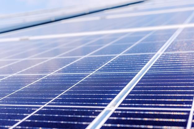 Панели солнечных батарей на крыше дома. энергия солнечной энергии. технология солнечного электричества. фото солнечных батарей в качестве фона. экологическая концепция альтернативных источников энергии.