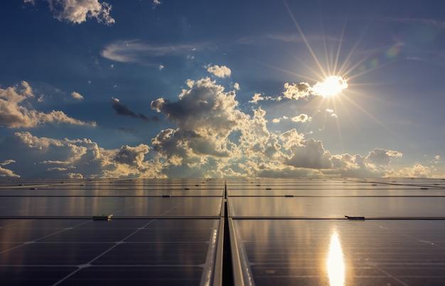 건물 지붕에 있는 태양광 패널, 태양광 반사된 푸른 하늘과 햇빛, 지속 가능한 자원의 태양 에너지 개념