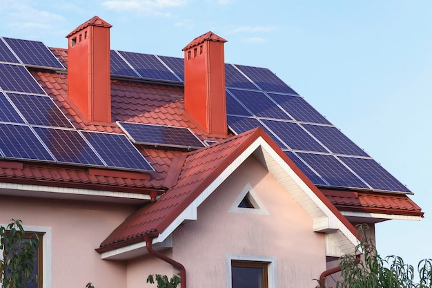 Солнечные батареи на крыше частного дома с дымоходом