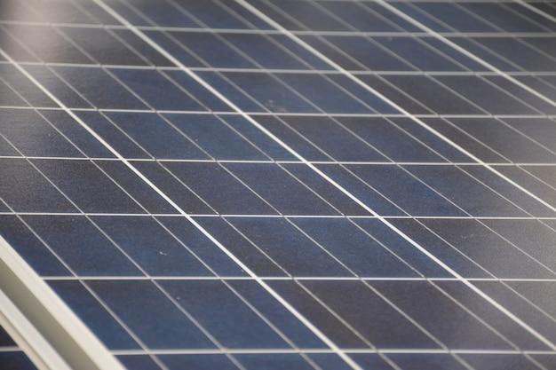 Солнечные батареи на крыше тропического городского дома рано утром