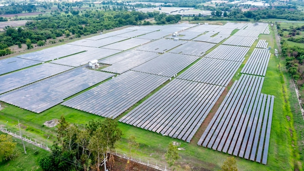 Солнечные батареи или солнечные батареи на крыше в виде с высоты птичьего полета