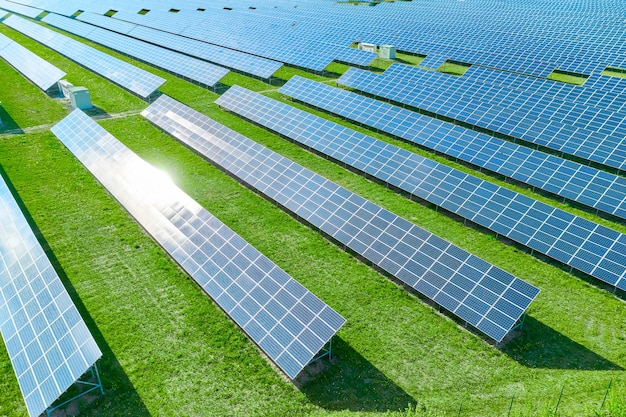 Солнечные панели, производящие экологически чистую возобновляемую энергию