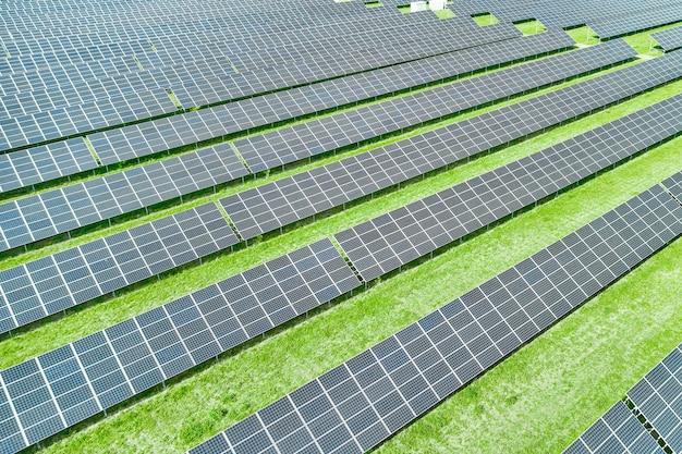 Солнечные панели, производящие зеленую возобновляемую энергию
