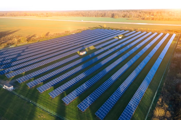 Солнечные панели. солнечная электростанция. синие солнечные батареи. альтернативный источник электроэнергии. солнечная ферма.