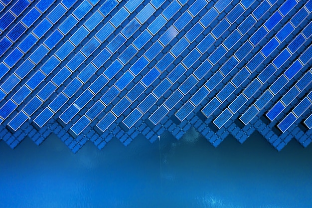 Солнечная фотоэлектрическая система с высоты птичьего полета, ряды солнечных установок на водной системе установки в лагуне