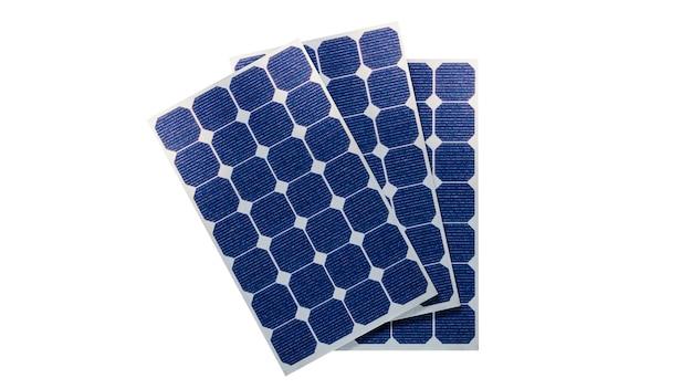 Солнечные фотоэлектрические панели в 3d на белом фоне. место для текста