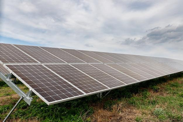 Солнечные фотоэлектрические панели на поле