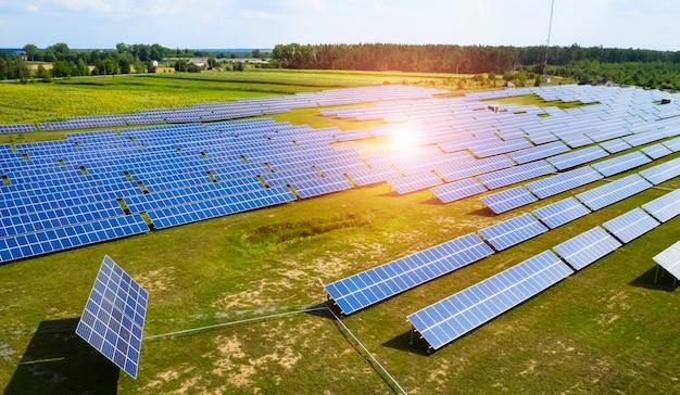 Панель солнечных батарей. зеленая энергия. электричество. электроэнергетические панели. производство солнечных батарей. с высоты птичьего полета.