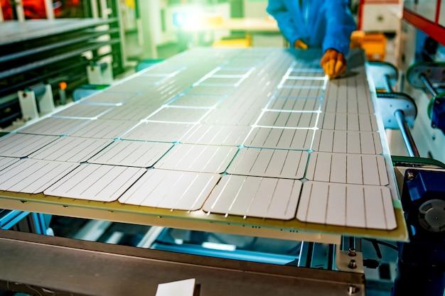 Панель солнечных батарей. зеленая энергия. электричество. энергетические панели. производство солнечных батарей