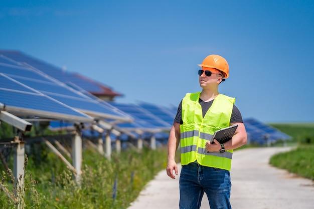 태양광 발전 패널. 친환경 에너지. 전기. 전력 에너지 패널. 태양광 발전소의 엔지니어.