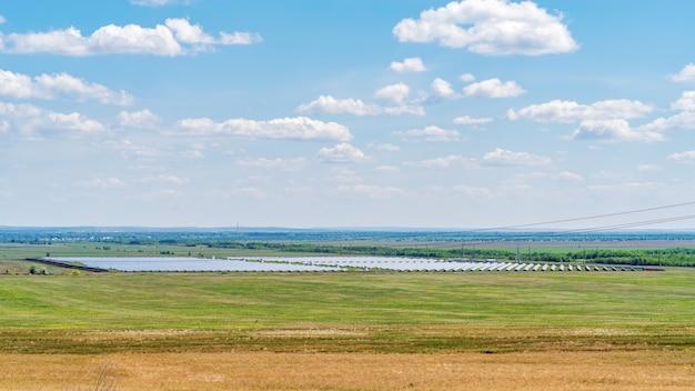 草原地帯の太陽光発電所。夏の平らな風景