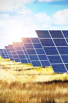 Солнечные электростанции. солнечные панели на фоне неба. альтернативная энергетика