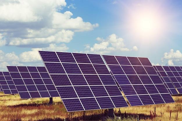 太陽光発電所。空の背景にソーラーパネル。代替エネルギー