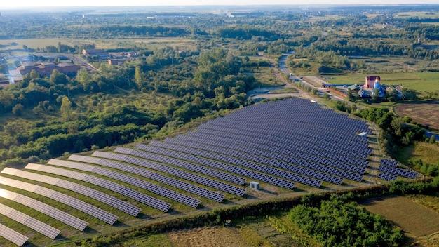 화창한 날에 그린 필드에서 태양 광 발전소