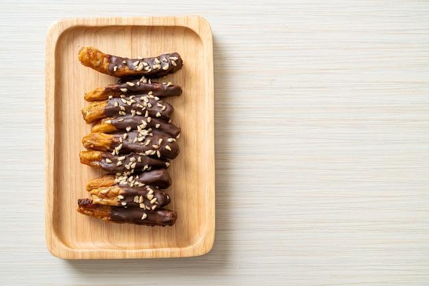 Вяленый на солнце банан шоколадная глазурь или шоколад, пропитанный бананом