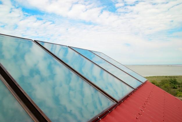 赤い家の屋根のソーラーシステム