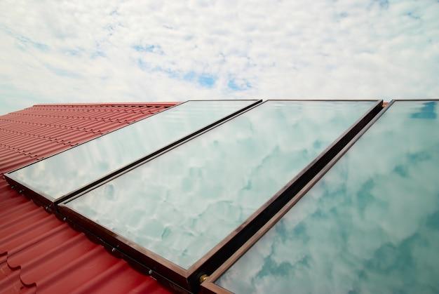 Солнечная система на крыше красного дома