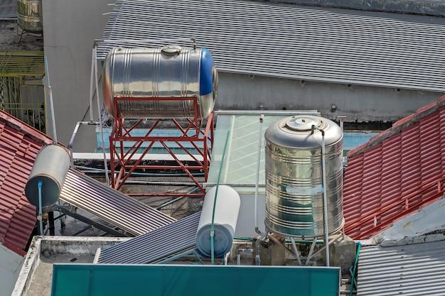 집 지붕에 태양열 온수기 보일러. 녹색 에너지 난방 시스템