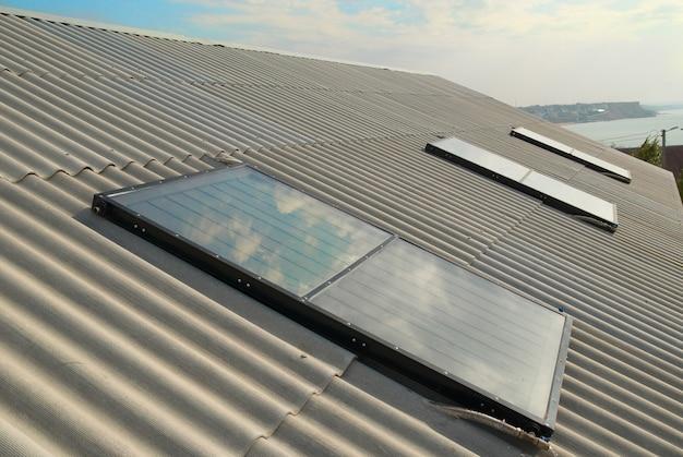 家の屋根の太陽熱温水暖房システム。