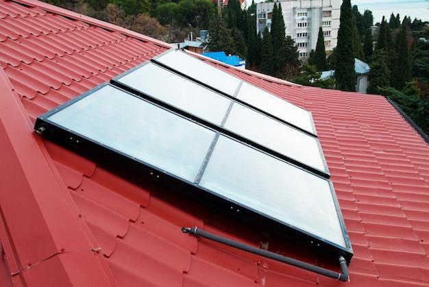 Солнечная система водяного отопления на красной крыше