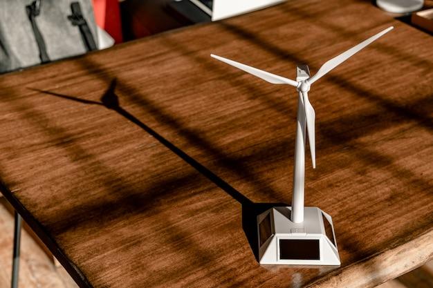 木製のテーブルの上の太陽風力タービンモデル