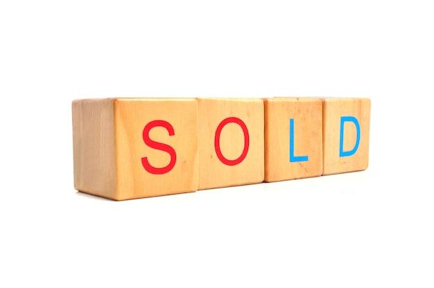 Проданный текст на деревянном блоке